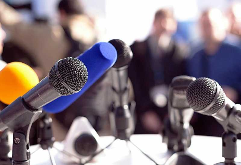 https://poskok.info/wp-content/uploads/2018/11/mikrofoni-govornica-novinari.jpg